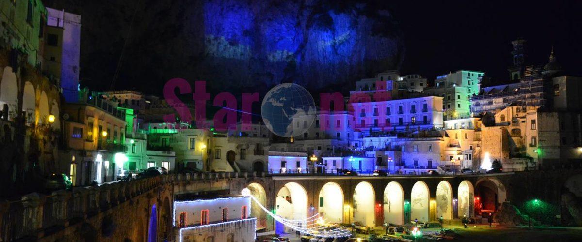 Foto della Costiera amalfitana di notte