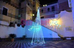 Cetara L'albero Di Natale Davanti La Chiesa San Pietro